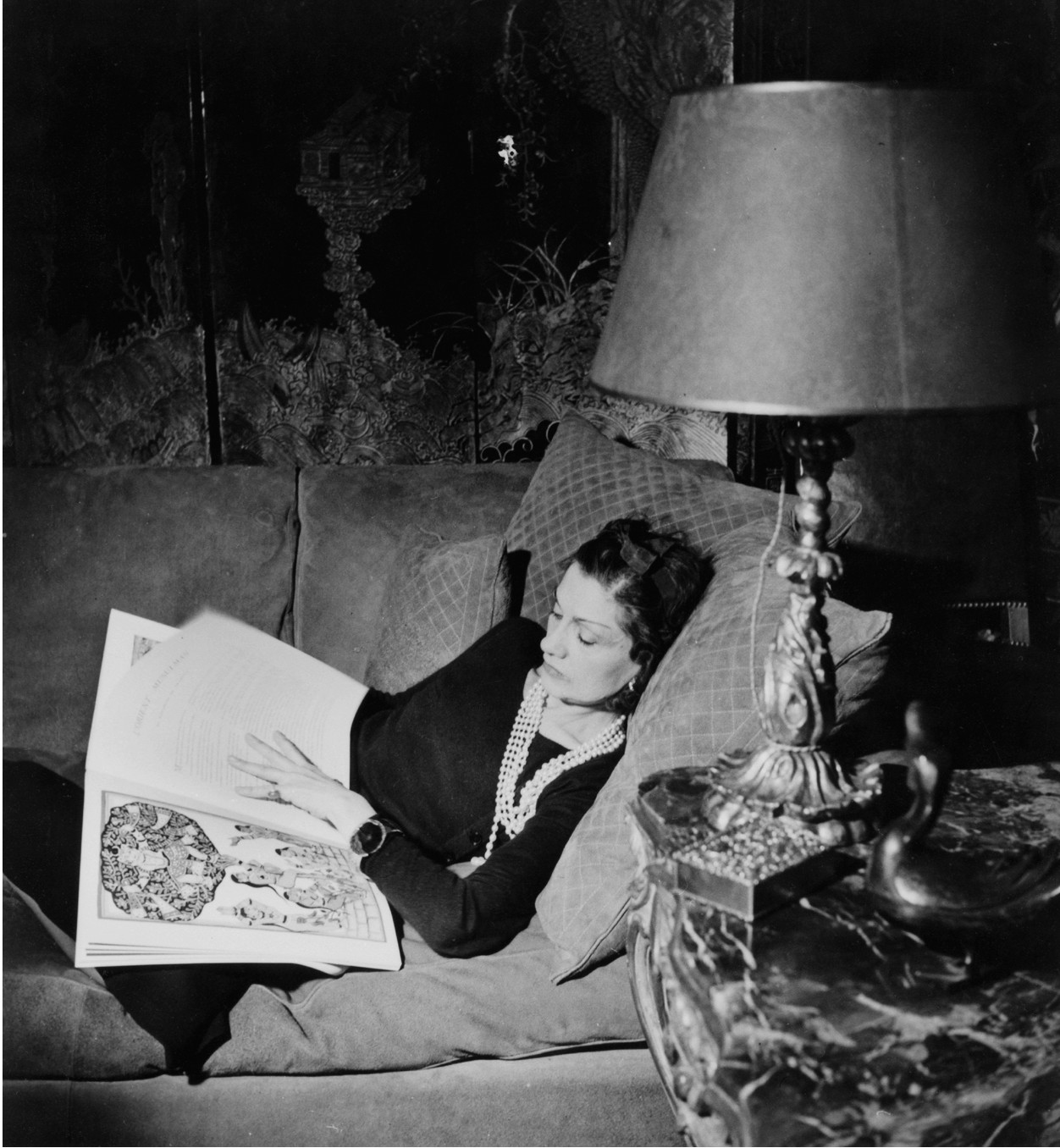 cc_venice_jean-moral_gabrielle-chanel-on-her-couch